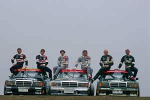 Roland Asch (left) and his teammates Bernd Schneider, Ellen Lohr, Klaus Ludwig, Kurt Thiim and Jörg van Ommen with a Mercedes-Benz 190 E 2.5-16 Evolution II (W 201) in the DTM-season 1993.