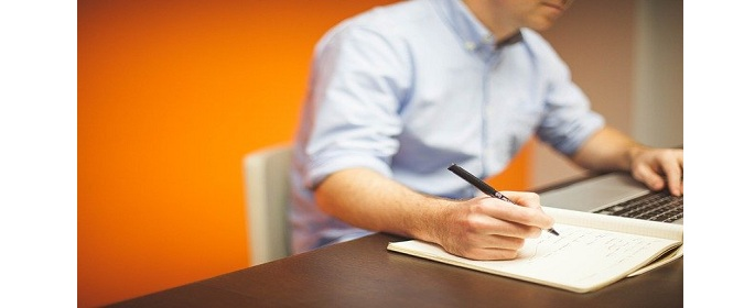 What are the roles and responsibilities of a strategic marketing manager